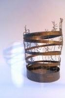Papierkorb mit kleinen Figuren aus Stahl
