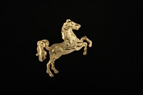 Das Niedersachsenpferd aus vergoldetem Metall