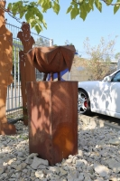 Pflanzgefäß aus rostigem Stahl für einen Vorgarten