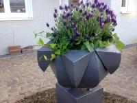 Pflanzgefäß aus feuerverzinktem und lackiertem Stahl für einen Vorgarten
