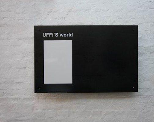 Magnetpinnwand mit gelasertem Schriftzug, Whiteboard und Stiftablage