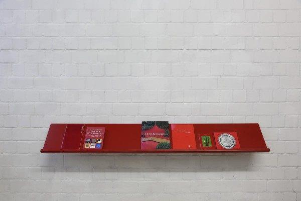 2 Meter breiter Prospekthalter rot lackiert