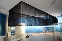 Montage eines Fadenvorhang im Roemer- und Pelizaeus Museum in Hildesheim