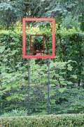 3 lackierte Stahlrahmen markieren eine Sichtachse