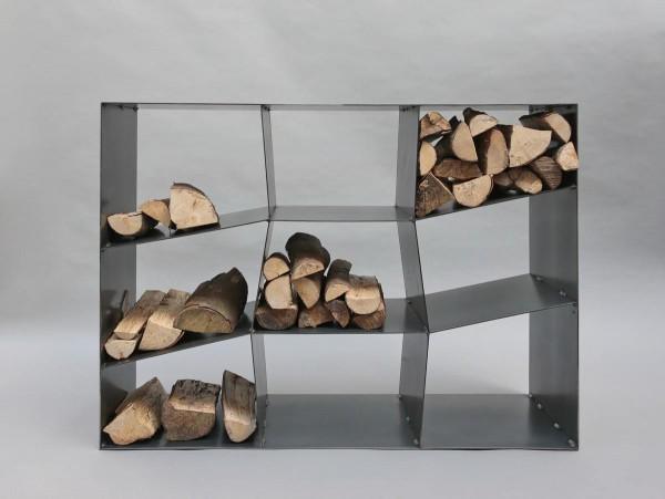 Kaminholzregal mit schrägen Böden