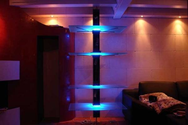 beleuchtetes drehbares regal aus edelstahl und glas mit. Black Bedroom Furniture Sets. Home Design Ideas