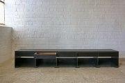 Regal aus Stahl,  Abdeckung, Schubladen und Füße aus Eiche