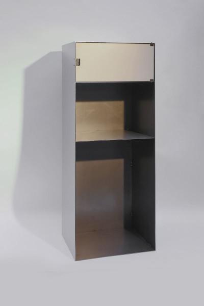 Stahlregal mit Rückwand und einer Türe