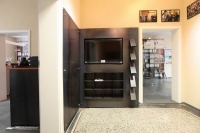 Regal mit integriertem Plasma TV und einem Prospekthalter für das Helmut Kohl Haus in Hildesheim