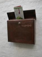 Ein normaler Briefkasten aus lackiertem Stahlblech haben wir aufgerüstet und mit Kupfer verkleidet