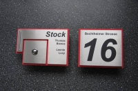 Hausnummernschild mit roter Umrandung