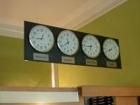 Uhren über der Rezeption der Gästeresidenz PelikanViertel in Hannover