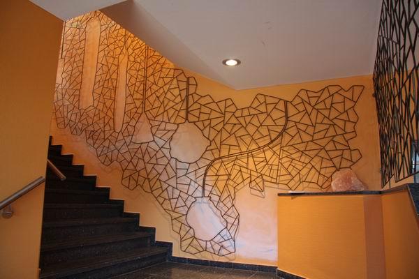 relief aus schmitzstruktur mit kavernen f r das treppenhaus. Black Bedroom Furniture Sets. Home Design Ideas