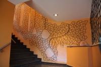 Relief aus Schmitzstruktur mit Kavernen für das Treppenhaus der Socon GmbH