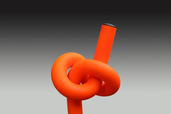 60 mm Stahlrohr, leuchtfarben lackiert, mit einem Knoten