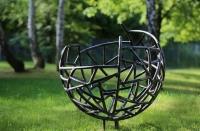 Kugelskulptur aus Rohr für einen Friedhof