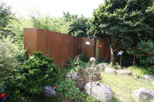 Wand und sichtschutz aus rostigem stahl mit integriertem for Gartendeko aus rostigem stahl