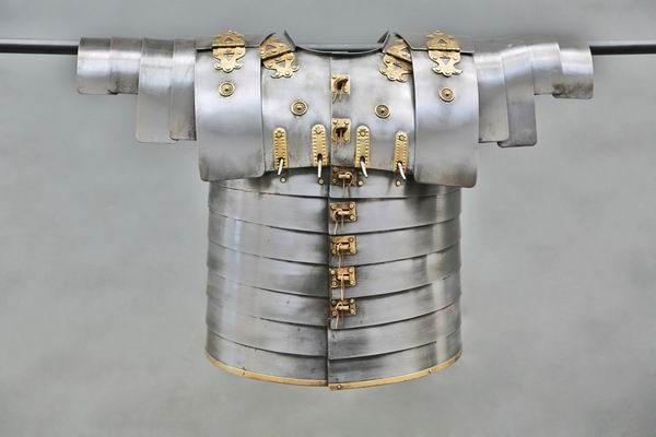 Antik Finish am Nachbau einer römischen Rüstung