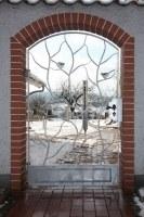 geschmiedetes Tor aus feuerverzinktem Rundstahl mit gelaserten Vögeln