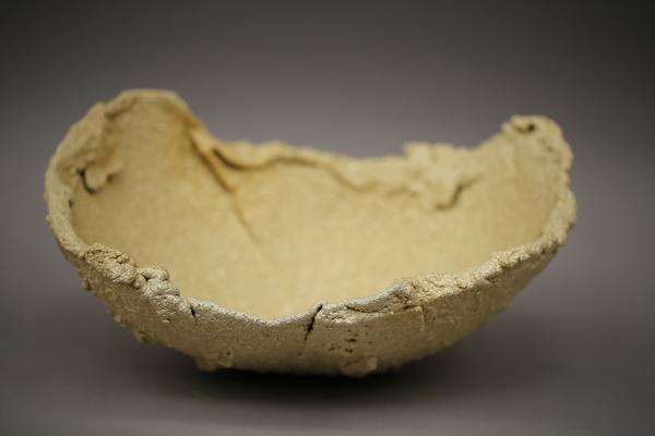 Flammgespritzte Schalenskulptur mit einer Oberfläche aus Bronze