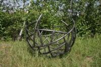 Gartenskulptur in typischer Schmitzstruktur aus Stahlrohr