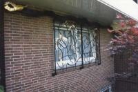 Großes verfahrbares Fenstergitter aus Stahl, teilweiser vergoldet - Schiebegitter