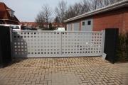 5 Meter breites elektrisches Schiebetor mit Lochblechfüllung