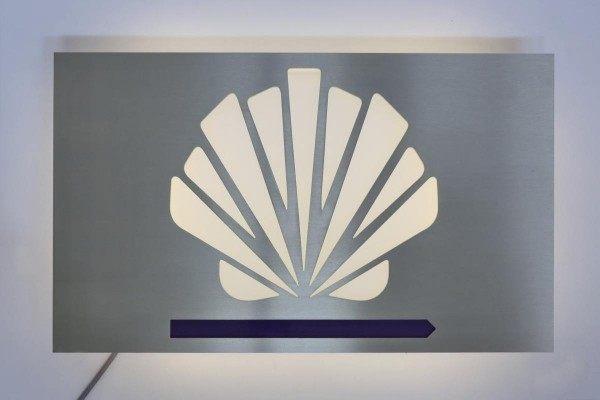 Hinterleuchtetes Schild für die Santiago GmbH & Co. KG