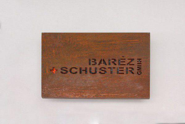 Schild aus 10 mm Corten Stahl gelasert, farbig hinterlegt