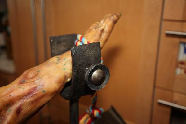 Schinkenhalter für einen Serrano Schinken aus geschmiedetem Stahl