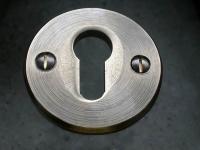 Rosette mit einer Aussparung für einen Schließzylinder aus Bronze