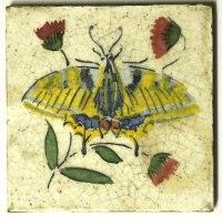 Seltene, antike Fliese mit einem Schmetterling
