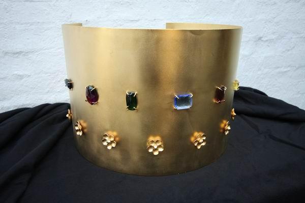 Blechverkleidung für einen Schokobrunnen aus galvanisch vergoldetem Blech mit Glasedelsteinen