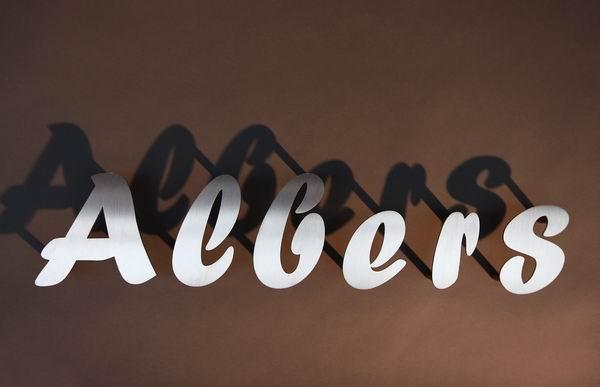 Beschriftung aus gelaserten Edelstahlbuchstaben für einen Findling