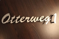 Schriftzug und Hausnummer aus gelasertem Edelstahl