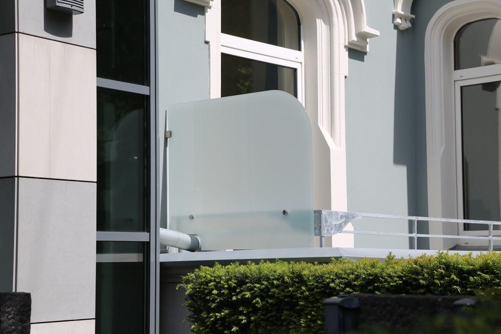 windschutz f r balkone an einem denkmalgesch tztem haus. Black Bedroom Furniture Sets. Home Design Ideas