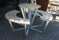 Sitzgruppe aus Lärchenholz in Verbindung mit feuerverzinktem Stahl