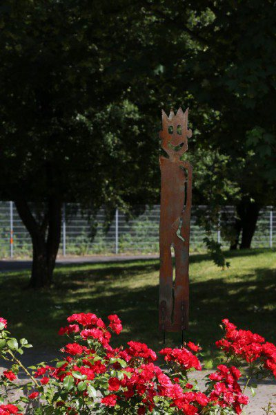 2 Meter hohe Gartenskulptur aus Stahl