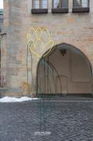 Probeaufbau einer gelben Blumenskulptur auf dem historischen Marktplatz in Hildesheim
