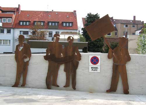 Skulpturen für das Torhaus aus gerostetem Stahl