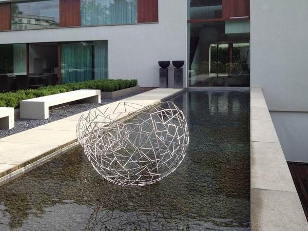 Zwei Skulpturen aus Edelstahl
