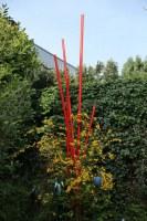 Skulptur für den Garten aus rot lackierten, feuerverzinkten Stahlrohren