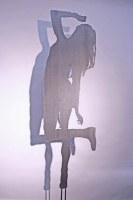 Frauenskulptur aus Stahlblech