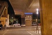 Nachtansicht der Skulpturen am Platz unter der Südbrücke in Peine