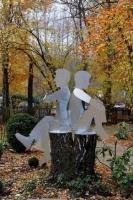 Zwei Gartenskulpturen auf einer abgesägten Birke sitzend, aus 3mm Stahlblech, feuerverzinkt