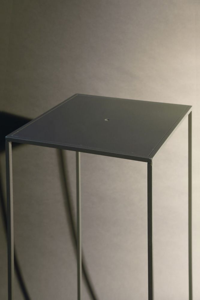 transparentes podest f r eine skulptur anthrazit lackiert. Black Bedroom Furniture Sets. Home Design Ideas
