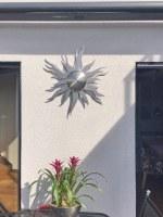 Diese Sonne aus Edelstahl ist mit LED hinterleuchtet
