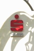 Sponsorenschild der Sparkasse Hannover im Zoo Hannover