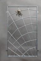 Spinnennetzgitter mit einer Bronze Spinne