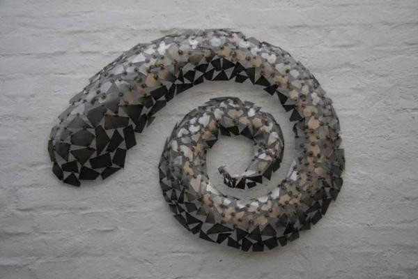 Wandhängendes Relief: dreidimensionale Spiralstruktur aus Stahlblech geschweißt